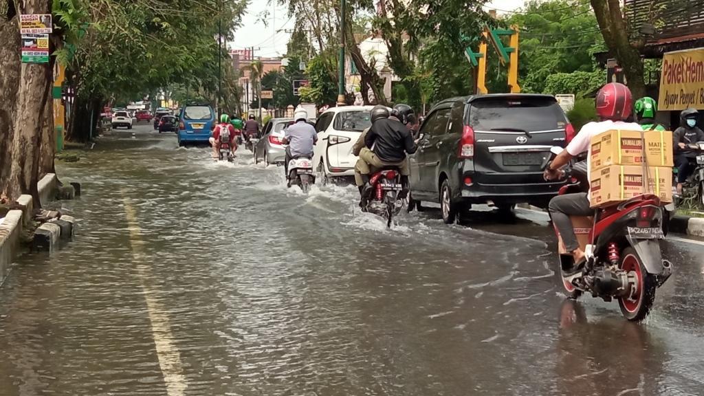 Pasca Hujan, Jalan Dr Mansyur Masih Digenangi Air